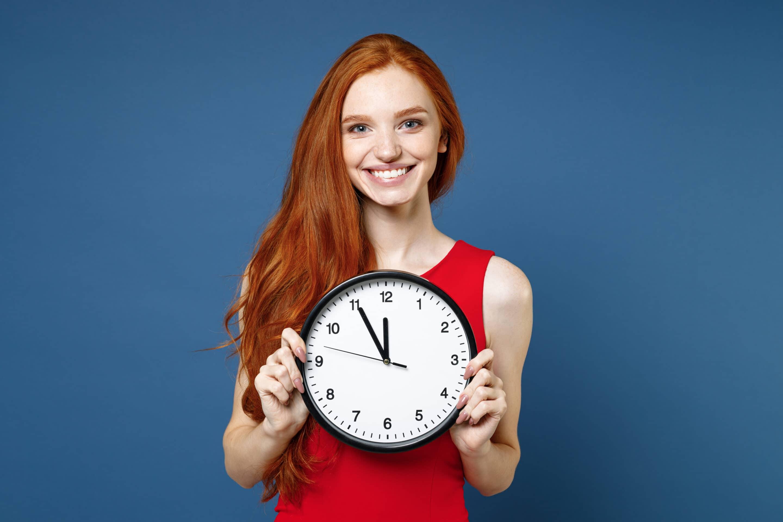 imagem de ruiva segurando um relógio